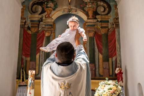 Child blessed by a priest baptized in Niterói