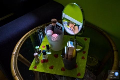 Tag in der Lebensfotografiesitzung zu Hause in NRW eines Mädchens, das etwas Schönheitsschlaf bekommt