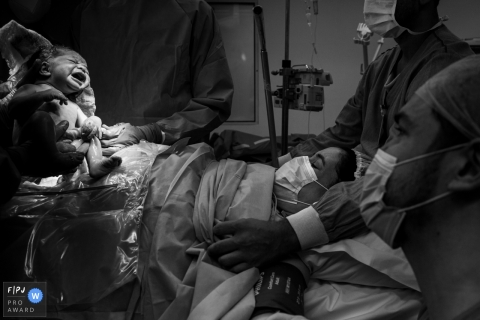 Moment driven Hospital Albert Einstein birth photojournalism image of the father and mother finally meet their child for the first time soon after birth
