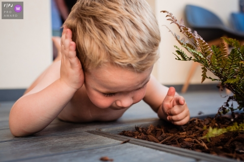 Moment-driven Noord Brabant family photography of a boy studying an ant