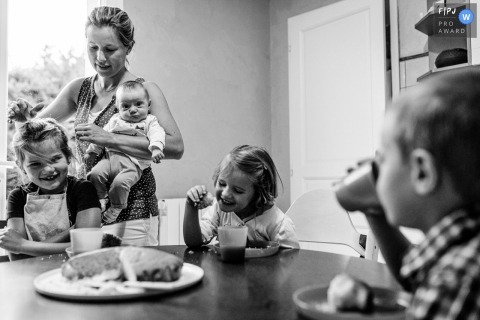 Moment-driven Occitanie family photography in BW showing breakfast for everyone