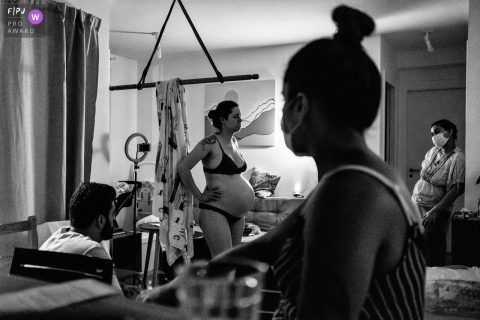 Sao Paulo birthing photography session with the mother in labor