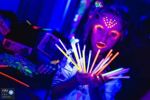 Campo Grande birthday party photo coverage of a young girl enjoying some neon lights