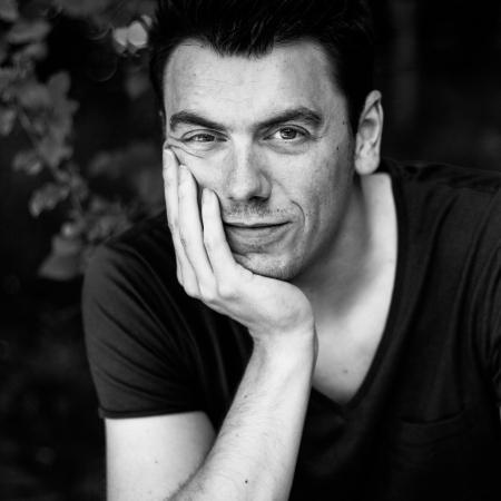 Portrait du photographe de famille documentaire Alost Jonas De Gent, de Flandre orientale, Belgique