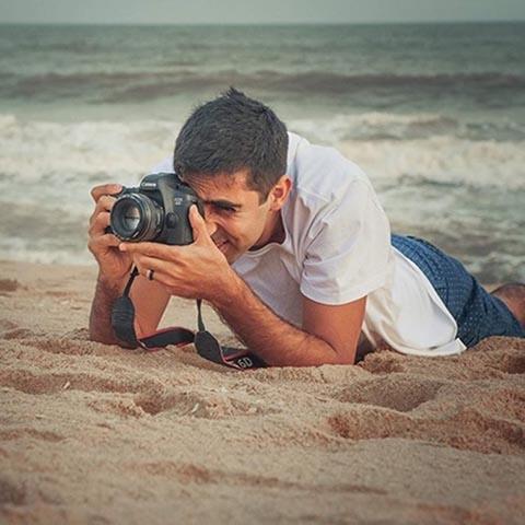 Portrait du photographe de la famille Macaé, Raphael Bozeo, de Rio de Janeiro au Brésil