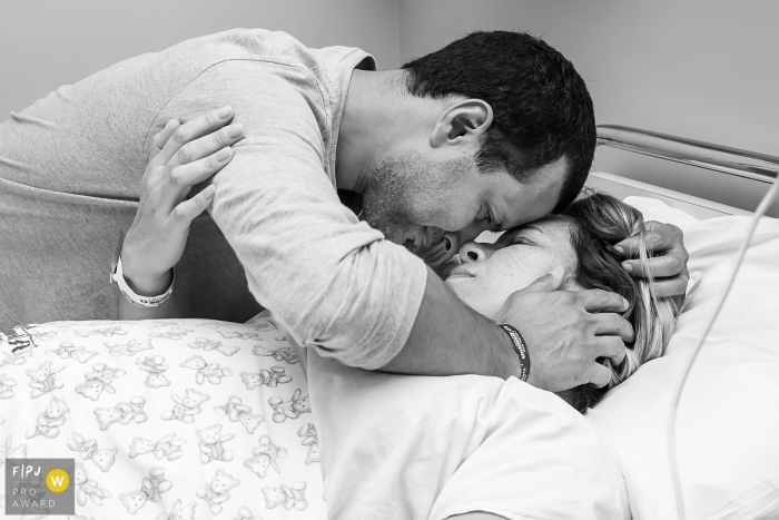 Rio Grande do Sul hospital photojournalist captured this tender image of a couple embracing before the birth of their child