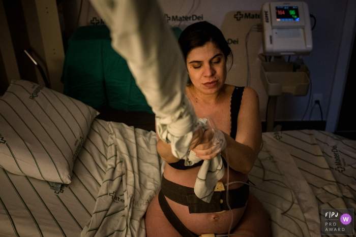 Belo Horizonte birth photography session at the hospital   Minas Gerais mom in labor