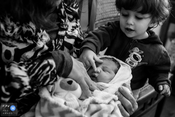 Belo Horizonte birthing photography in Minas Gerais of the first meeting between brothers