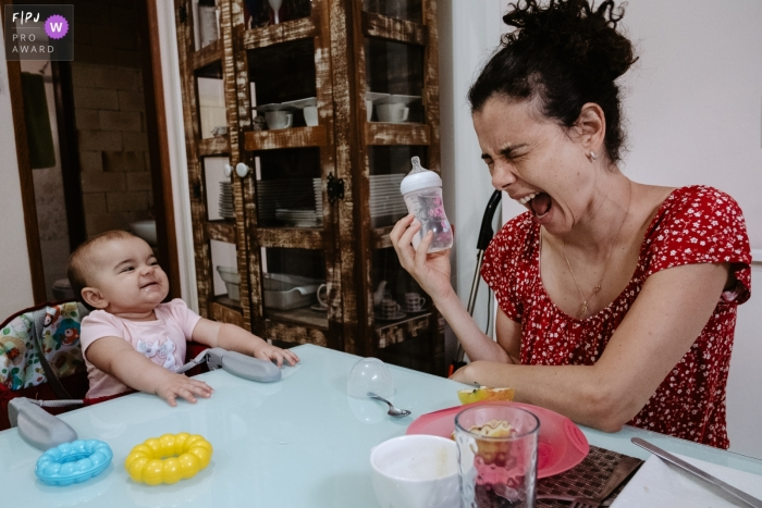 Santa Catarina Family Photography | Mother and daughter at the table after breakfast. They play with expressions.