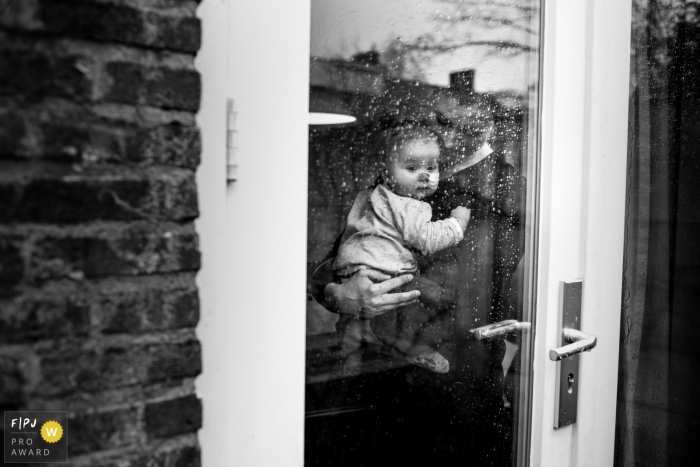 Eindhoven documentary family photography in Noord Brabant - Outside the rain is ticking against the window, inside the house is filled with love