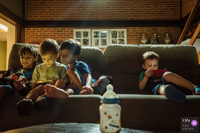 Rio de Janeiro Family and Kids Photography | 4 children on a sofa distracted on cellphones