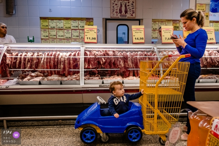 Brazil family photography of mom and child grocery shopping in Rio Grande do Sul