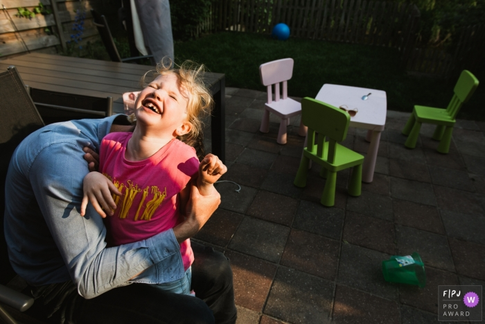 Girl giggles as she plays with dad | Amsterdam Family Photography
