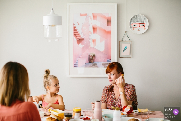 Mom and daughter give each other a look during meal time at a Day in the life-shoot in Netherlands