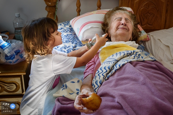 Pernambuco granddaughter playing with her sick grandmother | Recife family photography of kids