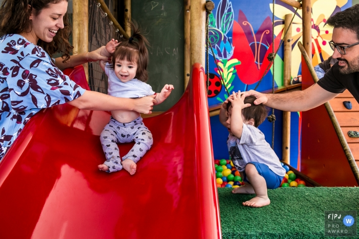 Belo Horizonte parents of twins sharing attention among their children | Brazil baby photographer