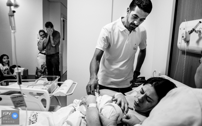 Cuiabá hospital baby delivery session. Photography of birth with mom and dad.