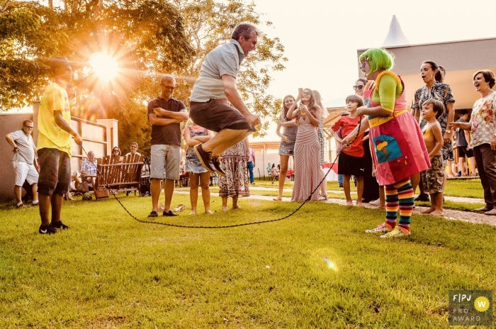 Man is jumping rope at a party | Minas Gerais Family Photography