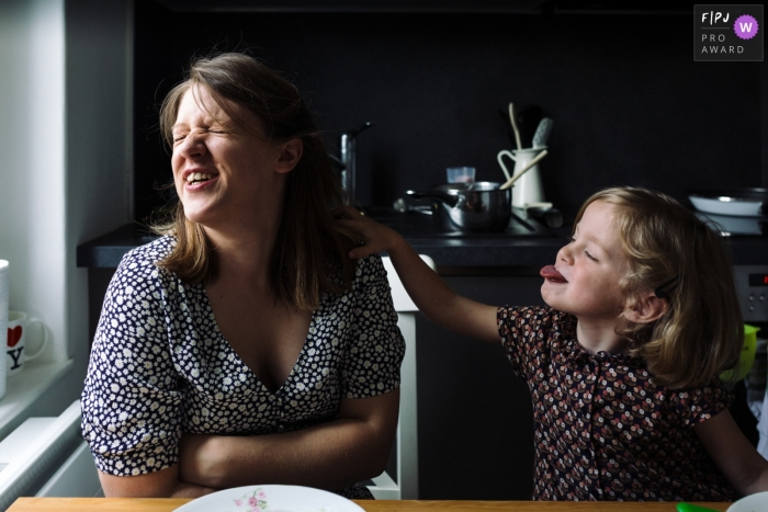 Mother and daughter in the kitchen of every day life | Paris Family Session