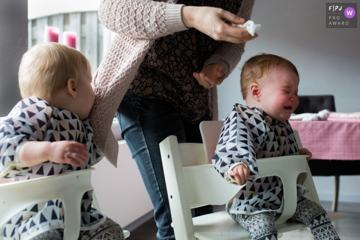 Noord Brabant family pictures - Baby finds a handy napkin that vest of mum