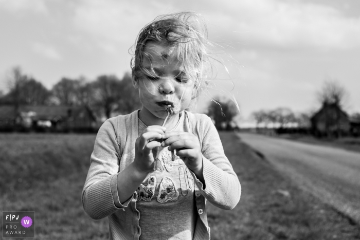 Noord Brabant family photo session outside in the spring   When the dandelion has its own will