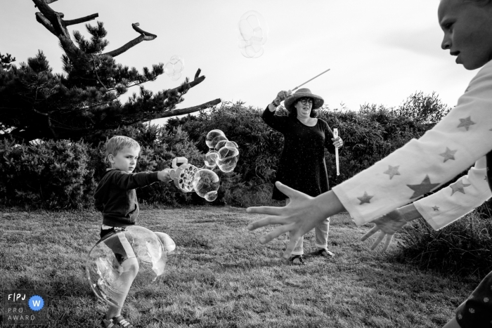Family plays together with bubbles | Nantes Family Photographer