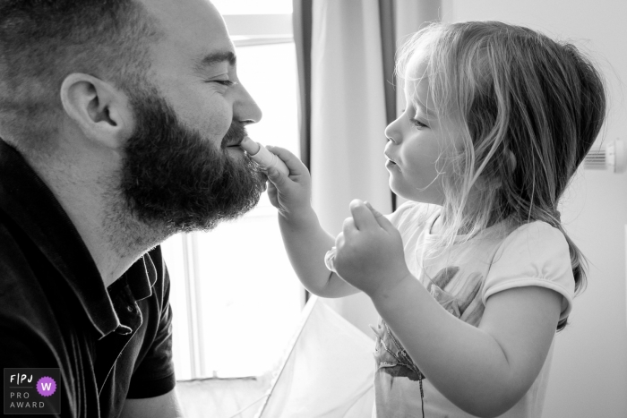 A father and daugther makeup moment by Nantes Family Photographer