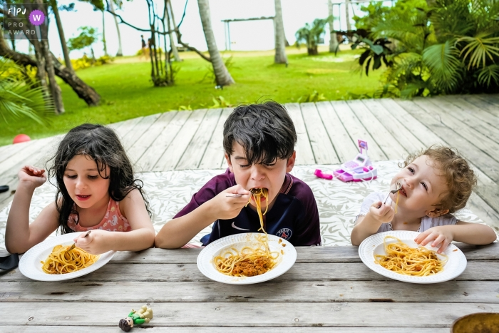 Minas Gerais family day in the life photo session of children enjoying their lunch outdoors