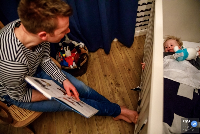Bedtime story given to young child in his crib | Overjssel family photography