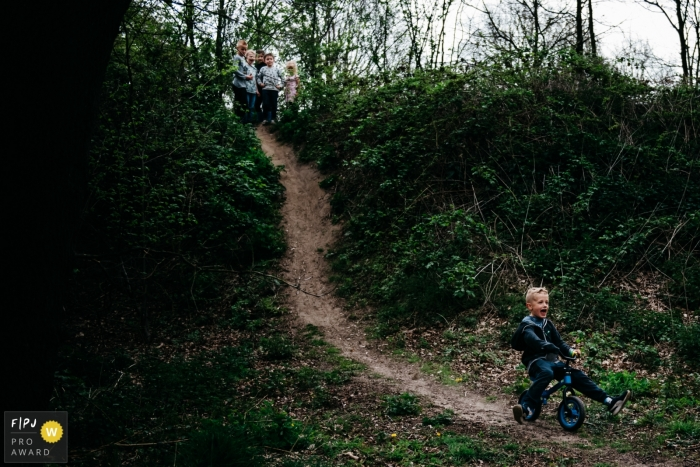 Playdate with the neighboring children in the lane behind your house. | Noord Brabant family photography