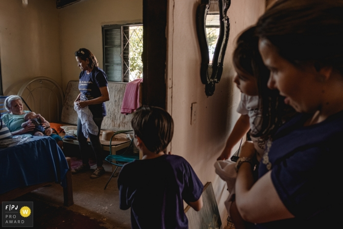 Mato Grosso photographer captures a family eager to see grandma at home