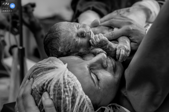 Maternidade Lilia Neves Birth Photography | emotion of the most anticipated moment by the family, where the tears roll down the face