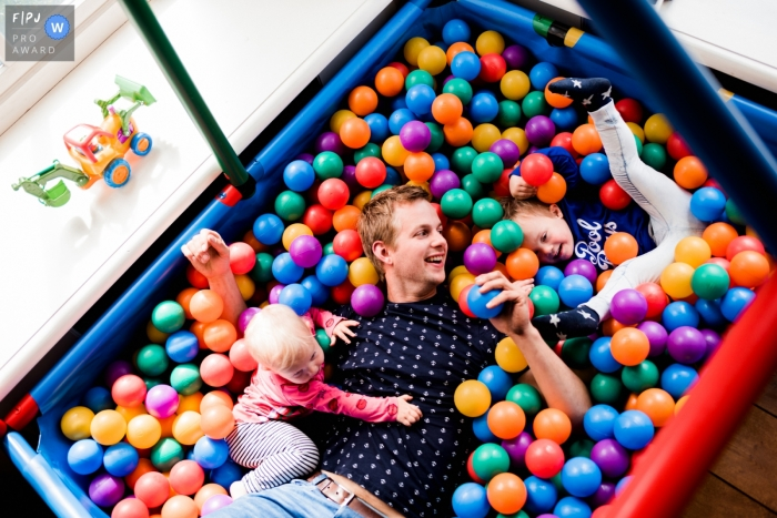 Groningen Family Photo of dad and kids in a ball pit
