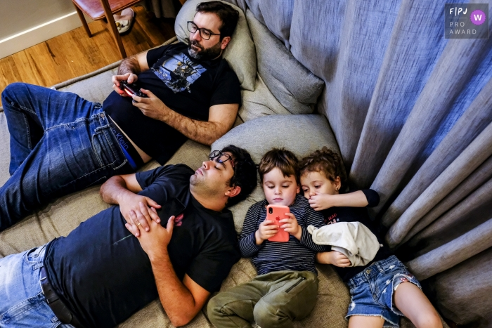Minas Gerais Family Photography   a family enjoys the day with games and naps
