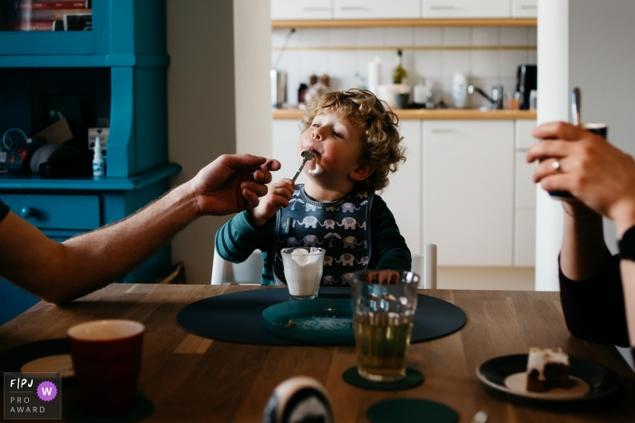 Noord Brabant Documentary Family Photographer | family sitting at the table for a snack