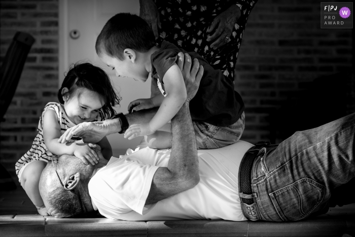 Valencia Spain family photographer captured the kids playing with grandpa