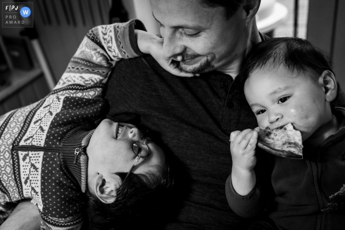 Black and white Hamburg family photography session in the home of a dad with his sons in Germany