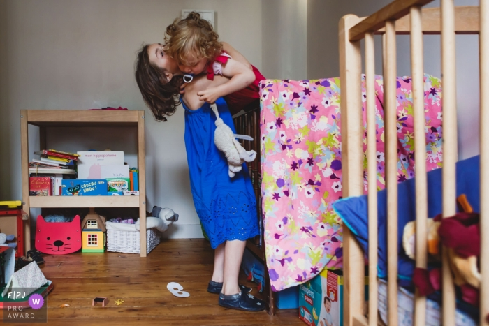 Paris family/sibling playing image session in the home of Ile-de-France children
