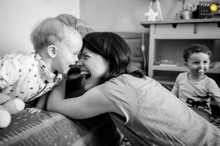 Black and white Nantes documentary-style family photo session showing a Complicity moment between mum and son