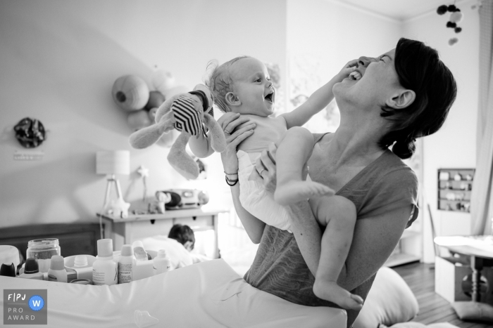 Nantes toddler and family image session in the home of mom and young son having some fun in France