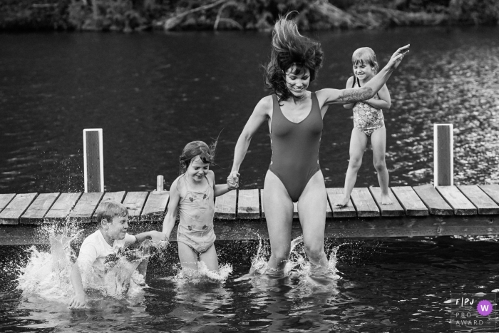 Seattle Family Photographer documented a family jump into the lake off a dock