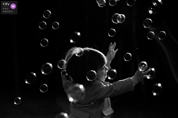 Antwerp black and white family photography with endless, timeless soap bubbles