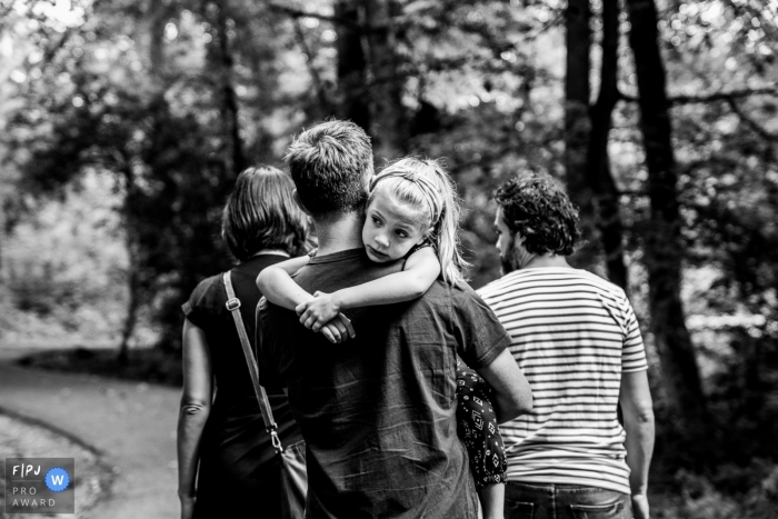 Black and white NL family photography from a nature hike in Gelderland while hanging around dads neck