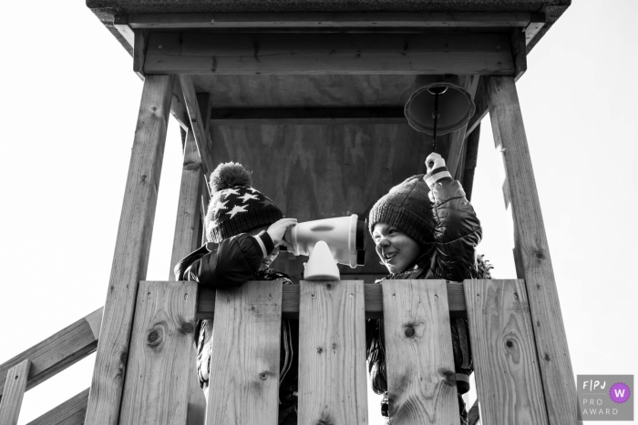 NL twins and family photography outdoors in black and white on a play tower in Eindhoven