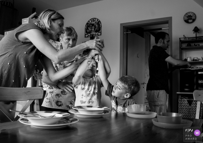 Gard documentary-style family photo shoot from the kitchen in Nimes with preparation for family dinner