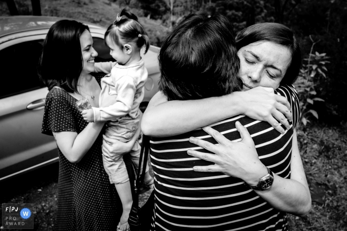 Florianopolis family photographer captures a family farewell, with hugs and lots of emotion