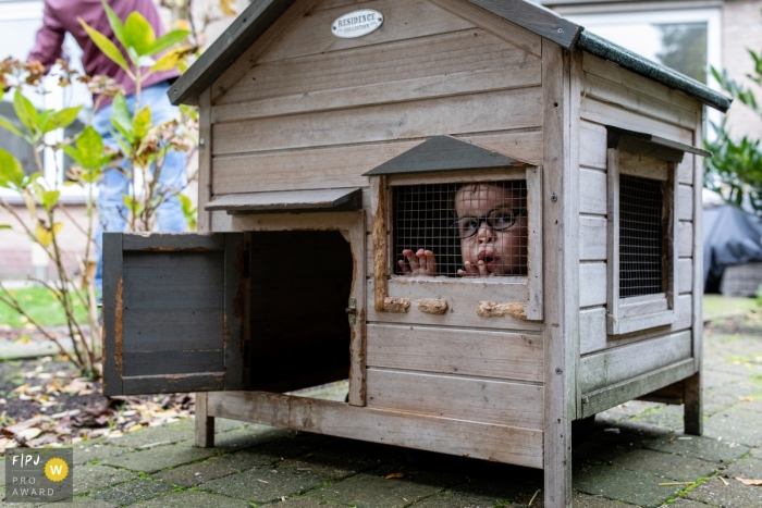 Day in the Life photography session at home in Eindhoven with a small child In the rabbit hutch