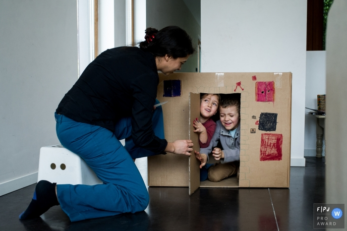 East Flanders at home Day in the Life photography with mom playing house with kids in a cardboard box