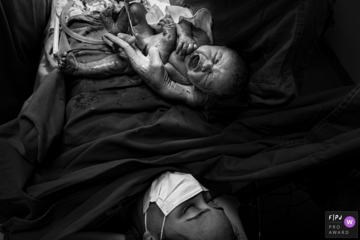 Moment-driven Maternidade Femina birth photography of the first cry