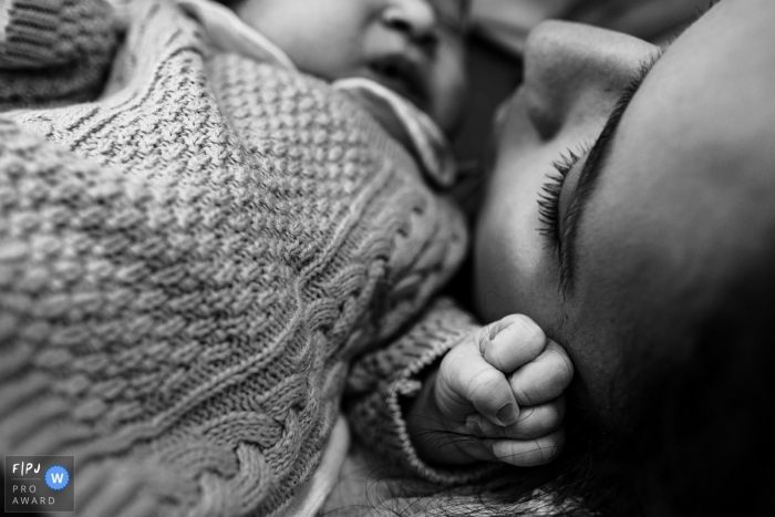 Moment driven Maternidade Femina birth photojournalism image showing the Affection with the mother
